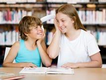 Adolescente y su hermano con los libros Fotografía de archivo