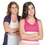 Adolescente y su madre enojados en uno a Foto de archivo libre de regalías