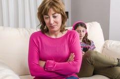 Adolescente y su madre tenga una discusión sobre su teléfono en casa Fotografía de archivo libre de regalías