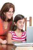 Adolescente y su mamá que trabajan en un ordenador portátil Imagenes de archivo