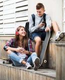 Adolescente y su novia con smartphones Foto de archivo