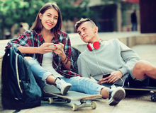 Adolescente y su novia con smartphones Fotos de archivo libres de regalías