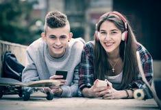 Adolescente y su novia con smartphones Imagen de archivo libre de regalías