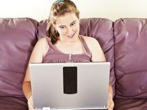 Adolescente y su ordenador Fotos de archivo libres de regalías