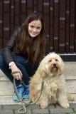Adolescente y su pequeño perro dulce del tiver Foto de archivo libre de regalías
