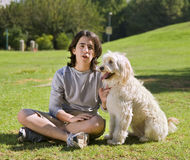 Adolescente y su perro Fotografía de archivo