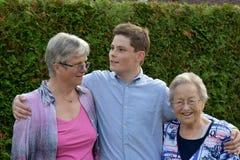 Adolescente y sus abuelas Fotos de archivo libres de regalías
