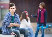 Adolescente y sus amigos después del conflicto al aire libre Imágenes de archivo libres de regalías