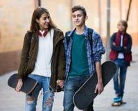 Adolescente y sus amigos después del conflicto al aire libre Imagen de archivo libre de regalías