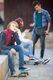 Adolescente y sus amigos después del conflicto al aire libre Fotografía de archivo