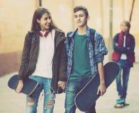 Adolescente y sus amigos después del conflicto al aire libre Imagen de archivo