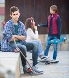 Adolescente y sus amigos después del conflicto al aire libre Fotos de archivo libres de regalías