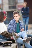 Adolescente y sus amigos después del conflicto al aire libre Fotografía de archivo libre de regalías