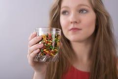 Adolescente y tabletas medicinales Imágenes de archivo libres de regalías