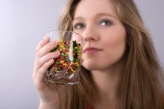 Adolescente y tabletas medicinales Imagen de archivo libre de regalías