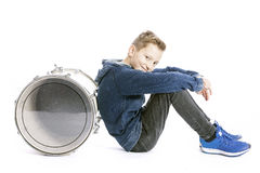Adolescente y tambor en el piso del estudio Imagenes de archivo