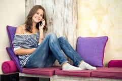 Adolescente y teléfono Fotos de archivo