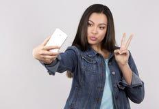 Adolescente y teléfono móvil Fotos de archivo
