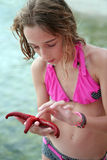 Adolescente y una estrella de mar Fotografía de archivo libre de regalías