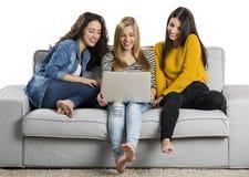 Adolescentes à l'aide d'un ordinateur portable Image stock