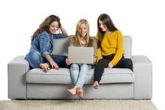 Adolescentes à l'aide d'un ordinateur portable Photographie stock libre de droits