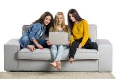 Adolescentes à l'aide d'un ordinateur portable Image libre de droits