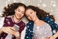 Adolescentes écoutant la musique sur le smartphone Photos stock