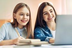 Adolescentes agréables étudiant ensemble dans le salon Photos libres de droits
