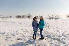 Adolescentes al aire libre en invierno Foto de archivo libre de regalías