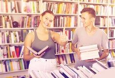 Adolescentes alegres de la muchacha y del muchacho que muestran los pulgares para arriba Imágenes de archivo libres de regalías