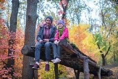 Adolescentes alegres en el bosque del otoño Imagen de archivo