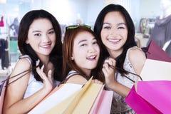 Adolescentes alegres en la alameda Foto de archivo