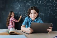 Adolescentes alegres que demonstram o conhecimento científico na escola imagens de stock