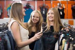 Adolescentes alegres que hacen compras Fotos de archivo libres de regalías