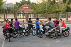 Adolescentes asiáticos en charla en sus motos y vespas Fotos de archivo libres de regalías