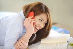 Adolescentes asiáticos hermosos colocan sonrisa con el pH móvil Imágenes de archivo libres de regalías