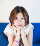 Adolescentes asiáticos lindos del pelo corto que le miran Imagen de archivo