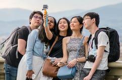 Adolescentes asiáticos que tomam imagens e selfies sobre Imagens de Stock Royalty Free