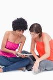 Adolescentes atento que miran un ordenador de la tablilla Imagen de archivo libre de regalías