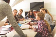 Adolescentes atentos que escuchan el profesor Fotos de archivo