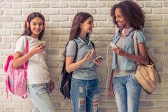 Adolescentes atractivos con los artilugios Fotografía de archivo