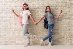 Adolescentes atractivos con los artilugios Foto de archivo libre de regalías