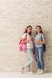 Adolescentes atractivos con los artilugios Fotos de archivo