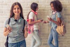 Adolescentes atractivos con los artilugios Foto de archivo