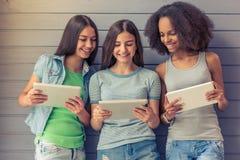 Adolescentes atractivos con los artilugios Fotos de archivo libres de regalías