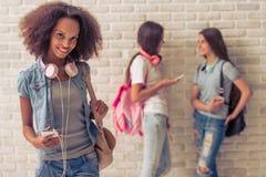 Adolescentes atractivos con los artilugios Imagen de archivo libre de regalías