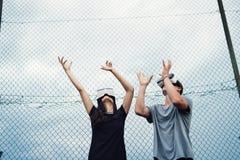 Adolescentes atractivos en patio con los vidrios de VR Imagen de archivo