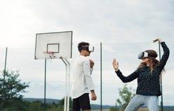 Adolescentes atractivos en patio con los vidrios de VR Fotos de archivo