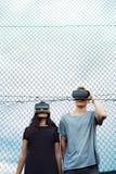 Adolescentes atractivos en patio con los vidrios de VR Imagenes de archivo