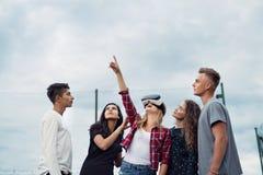 Adolescentes atractivos en patio Muchacha con los vidrios de VR Fotos de archivo